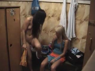 Скрытая камера в раздевалке бичевского фитнес клуба. молодые девушки передеваются. голые