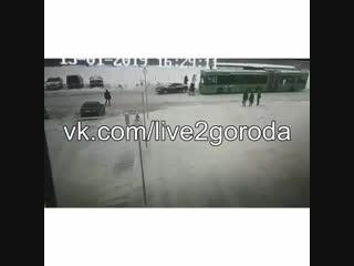 В полоцке автомобиль на скорости въехал в людей на остановке дтп