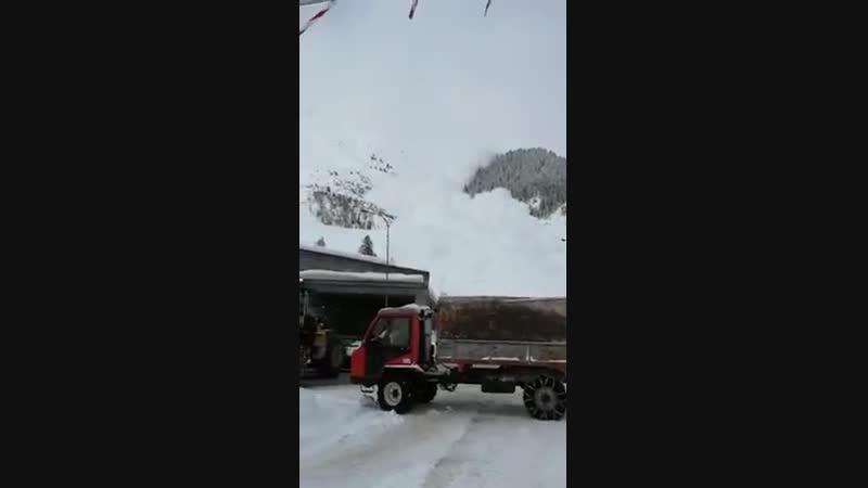 Сход снежной лавины в швейцарских Альпах снятый военнослужащим швейцарской армии