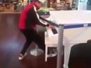 Парень в аэропорту проходил мимо рояля и решил сыграть