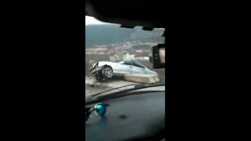 После ДТП на крымской трассе Мерседес завис в кювете