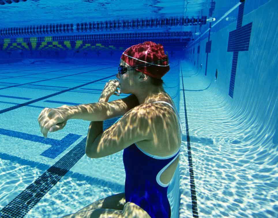 Занятия аэробикой, которые можно сделать под водой, могут быть весьма полезными для здоровья