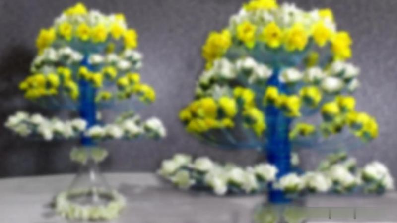 Цветущее дерево из пластиковых бутылок.