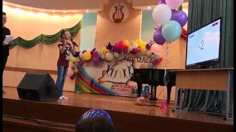 Красовской Кира считает и поёт песню на китайском языке