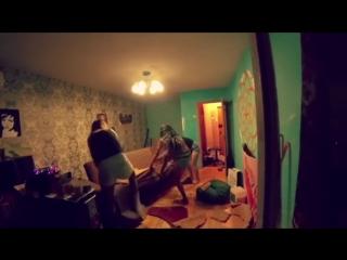 Воронежская пацанка громит квартиру