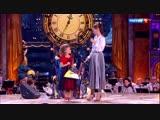 Девочка играет на балалайке композицию Никколо Паганини