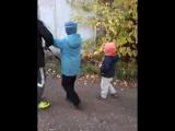 дети выгуливают Фила