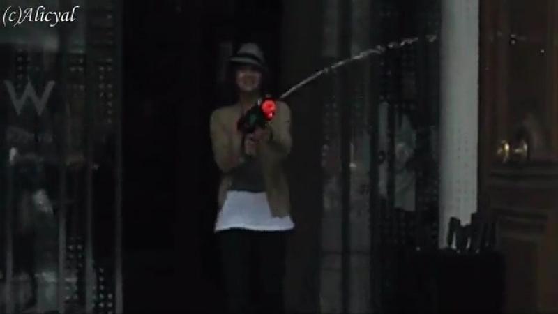 Чанг Гын Сок, Париж, и водный пистолет.