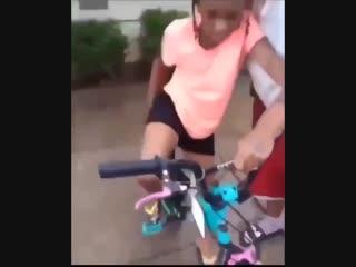 Девочка не понимает как правильно залезть на велосипед, но ей решили показать (vhs video)