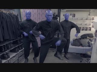 Участники blue man group танцуют skibidi