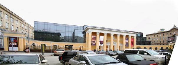 Кинотеатр «Победа» или «Пролеткино» —самый крупный кинотеатр города — 800 мест, всего два зала.  Открылся в 1926 году, как «Пролеткино». В 1932 (или 1936) году, при переименовании в «Октябрь», что автоматически означает доминирование в городе, впервые в городе показали кинчик со звуком. Во время ВОВ тут был эвакуированный из Ленинграда завод. А в 1952 (1951) году переоткрылся кинотеатр с именем «Победа». На открытии символично показывали «Падение Берлина».  Только у «Победы» появилась вот эта колоннада с восьмигранными колонами и белым портиком сверху.
