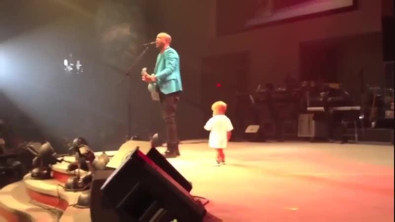 Малыш вышел на сцену, чтобы обнять папу
