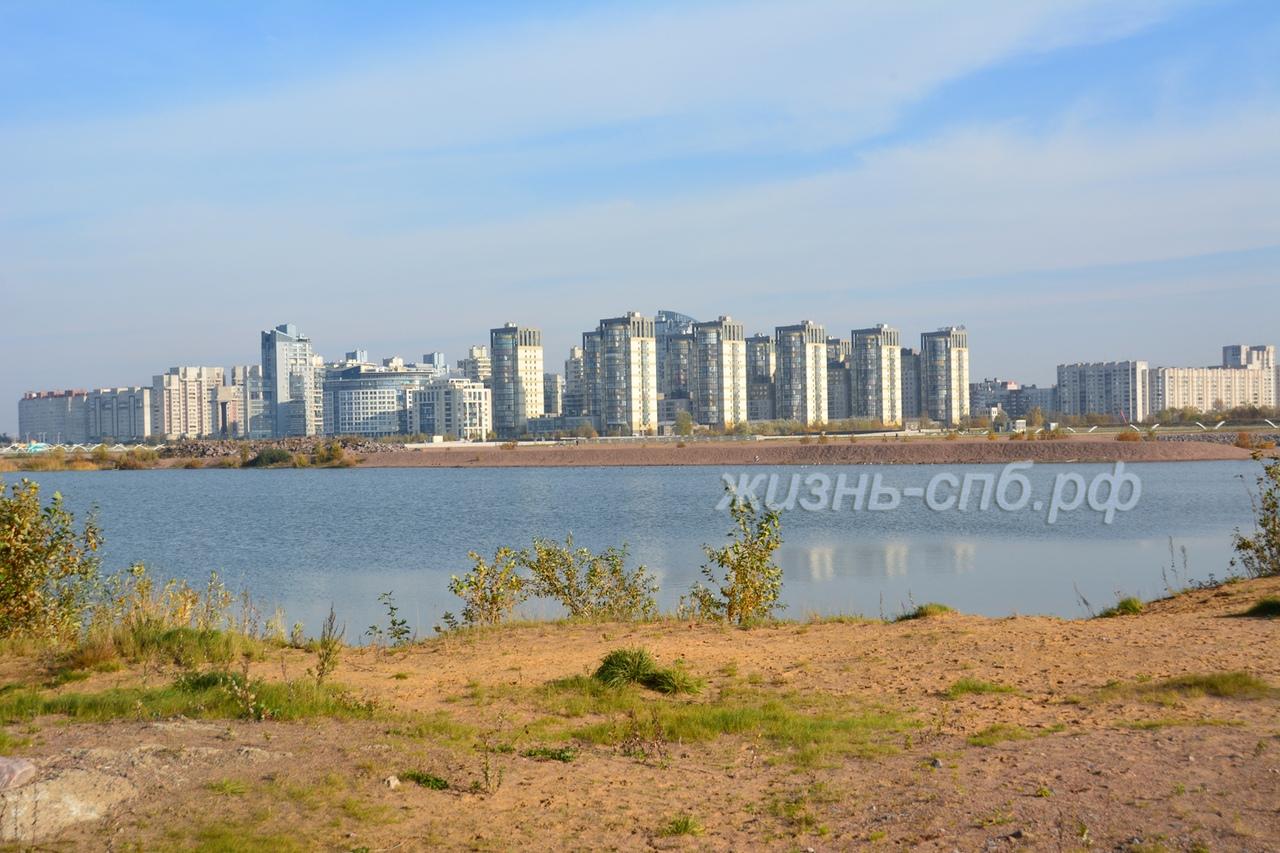 Красивый вид на Васильевский остров - жилой квартал со стороны пассажирского порта