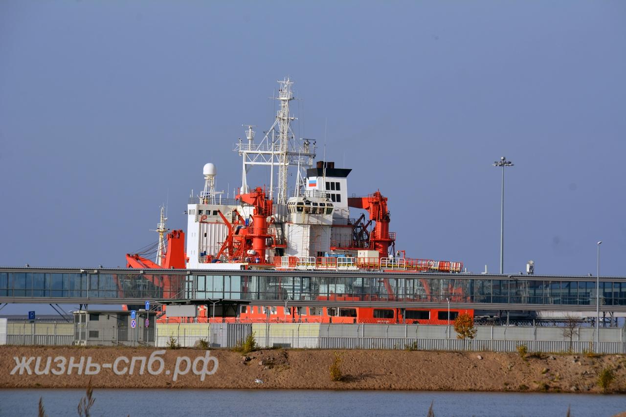 Интересный кораблик в порту Петербурга