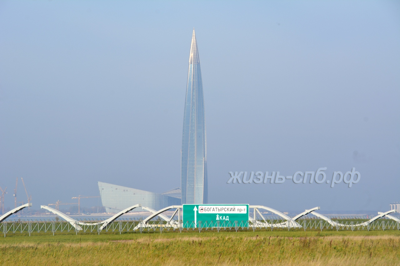 Красивый вид на Лахта центр - башню Газпрома Петербурга со стороны КАД