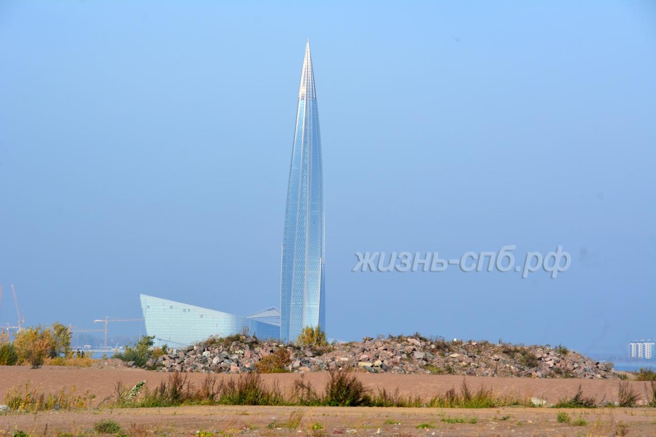 Вид на башню Лахта центра со стороны Васильевского острова и пляжа с грудой камней