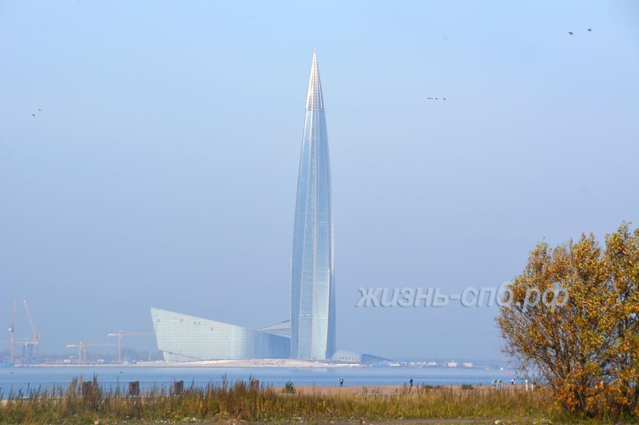 Интересный вид на башню Лахта центра со стороны городского пляжа