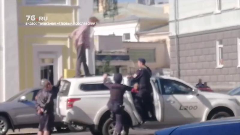 Мужчина остановил случайную машину залез на крышу и начал кричать