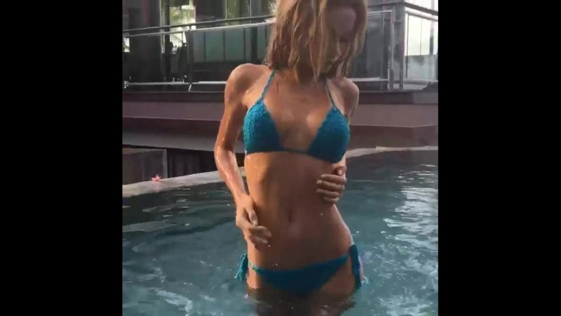 Сексуальная модель в бассейне (не: порно, домашнее частное русское, секс, минет, porno, анал, топ, голая)
