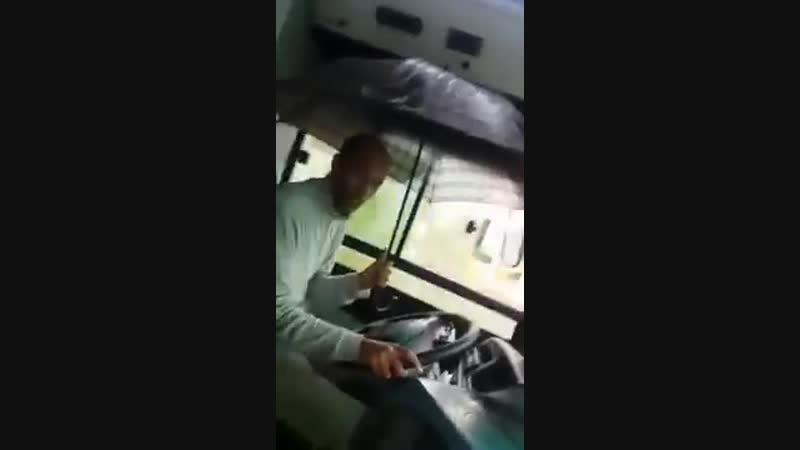 Марокканский водитель автобуса.