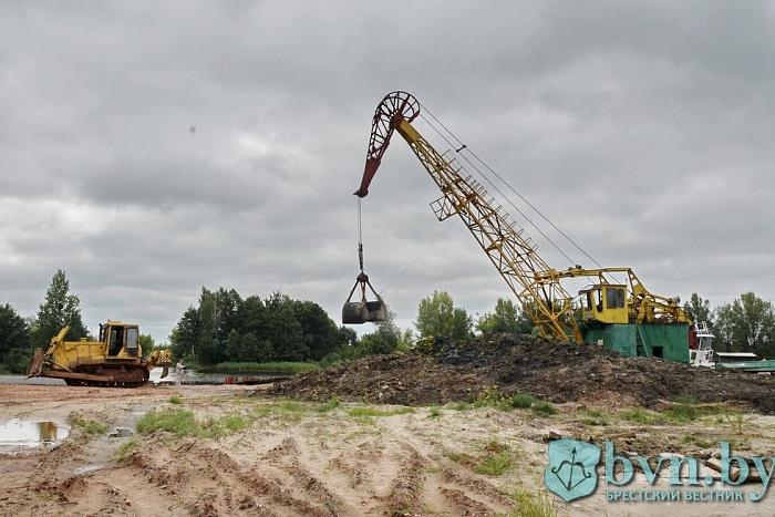 Как в Бресте чистят русло реки Мухавец в районе Набережной