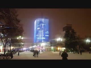 Снеговик танцует на здании «Челябинск-Сити»