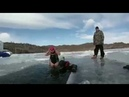 Бабушка ныряет под байкальский лёд и плывет под ним 10 метров И ей 77 лет!