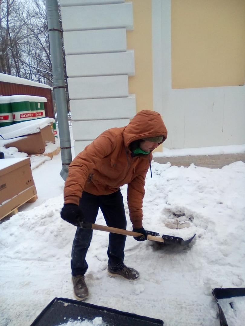 Работаем на очистке снега у салонов. NfYlWy1UmKQ