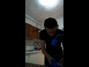 Красивый мальчик готовит Жульен