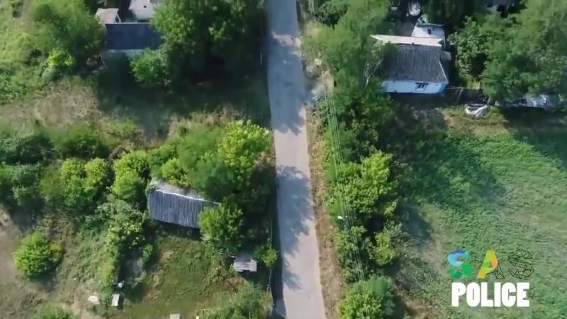Украинский киберпанк: дядька, своровавший кукурузу бежит от дрона, охраняющего поле