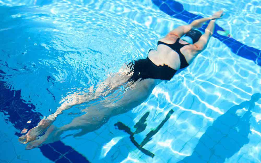 Плавание - это безопасный способ для людей всех возрастов