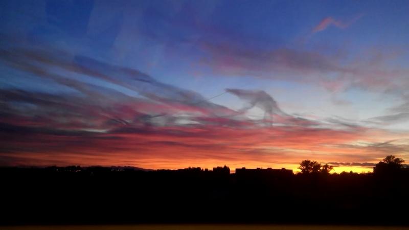 Вновь закат разметался пожаром — это ангел на Божьем дворе жжет охапку дневных наших жалоб. А ночные он жжет на заре.