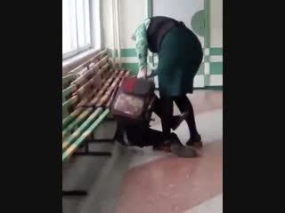 Комсомольск-на-Амуре, школа №37, учительница начальных классов избивает 9-летнего ребенка за то, что он помешал ей вести урок.