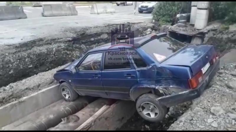 Дудинка Лада влетела в яму на разрытой улице