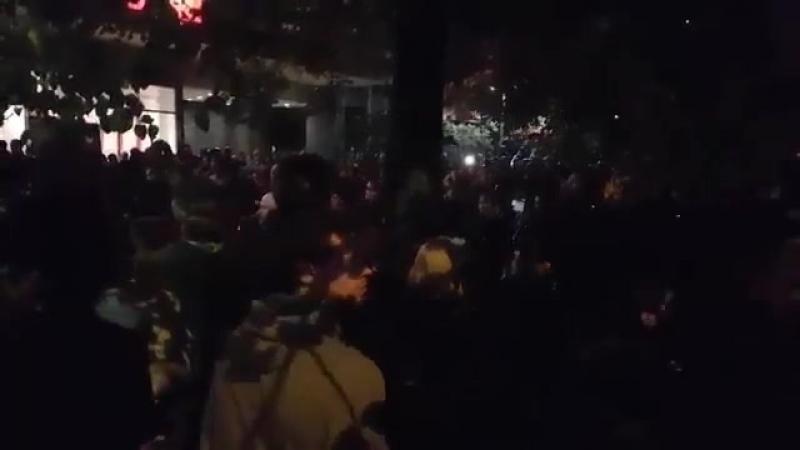 Bis tief in die Nacht besetzten Antifa Anhänger den Ort, an dem Daniel Hillig erstochen wurde. Trauernde wurden nicht durchgelas