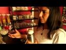 Anahí está explicando como preparar mate argentino