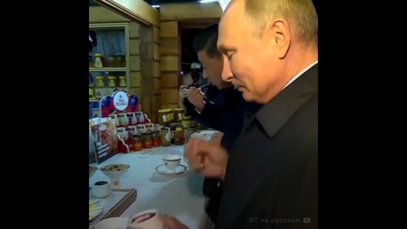Путин и Цзиньпин пробуют русское варенье