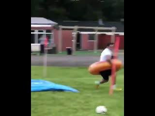 Очень веселое футбольное упражнение на дриблинг и координацию  из нижних дивизионов Англии.