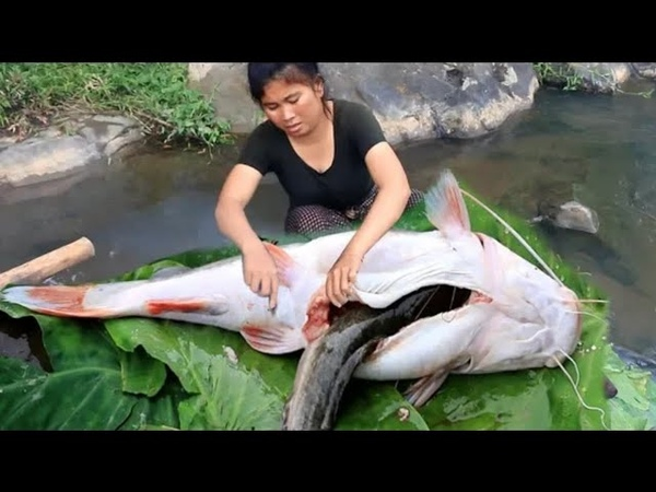 Primitive Technology Cooking Big Cat fish by Girl At river grilled fish Eating delicious 32