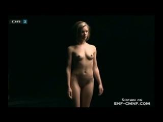 CMNF-видео  телешоу, в котором обсуждают и оценивают великолепное тело голой блондинки