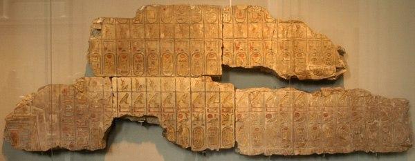 ХРАМ В АБИДОСЕ И ЗАГАДОЧНЫЕ ИЕРОГЛИФЫ Во время работ в Абидосе над входом в храм в 1848 году археологи обнаружили таинственные иероглифы. В то время еще не было авиации и исследователи не