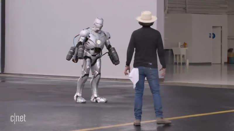 リアルアイアンマンが実現する日は近い3Dプリントで作られた防弾仕様のチタン製アイアンスーツを生身の人間が身にまとい1000馬力のミニジェットエンジンの助けを借りて空中飛行に成功
