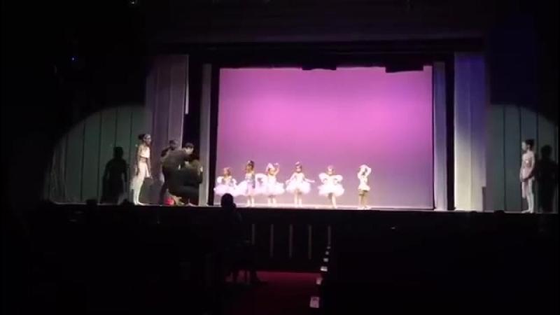 Папа станцевал танец с дочкой, которая растерялась на сцене