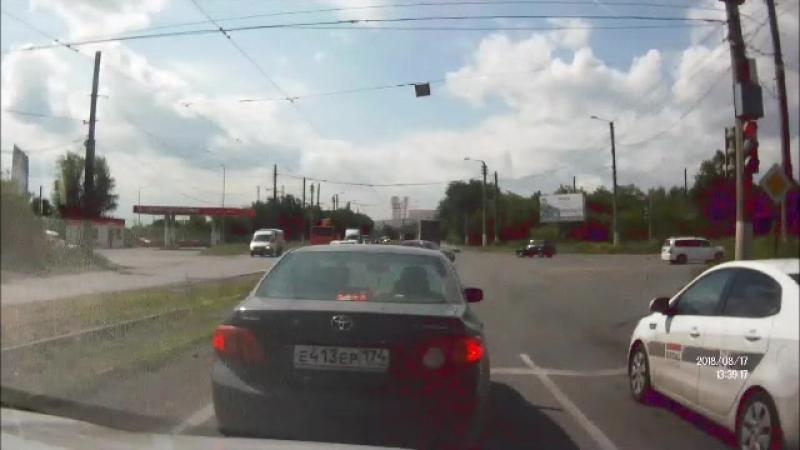 Наругала мотоциклиста☝️  Инцидент случился на одном из светофоров в Челябинске. Женщина, переживая за мотоциклиста, отчитала его