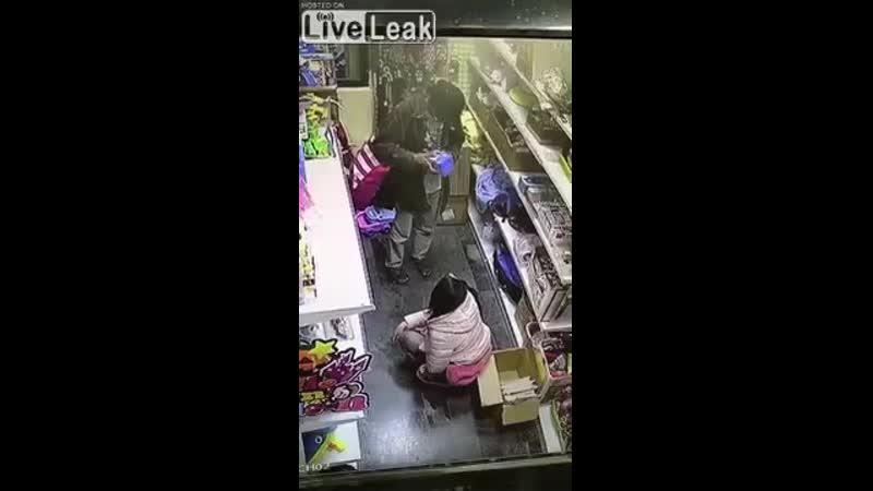 [200x360] Elle pisse dans le supermarché, son père dit rien ! Aucune honte en public ! - Vidéo dailymotion