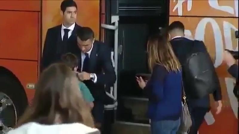 Криштиану Роналду вышел из автобуса, чтобы утешить молодого фаната