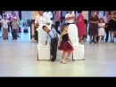 мальчик с девочкой очень классно танцуют