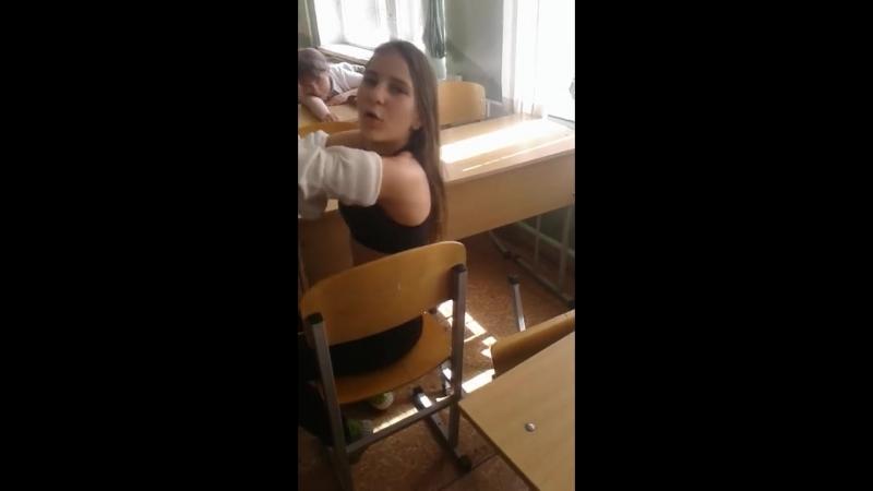 Школьница разделась прямо в классе и показала грудь