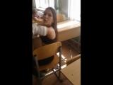 Школьница разделась прямо в классе и показала грудь!