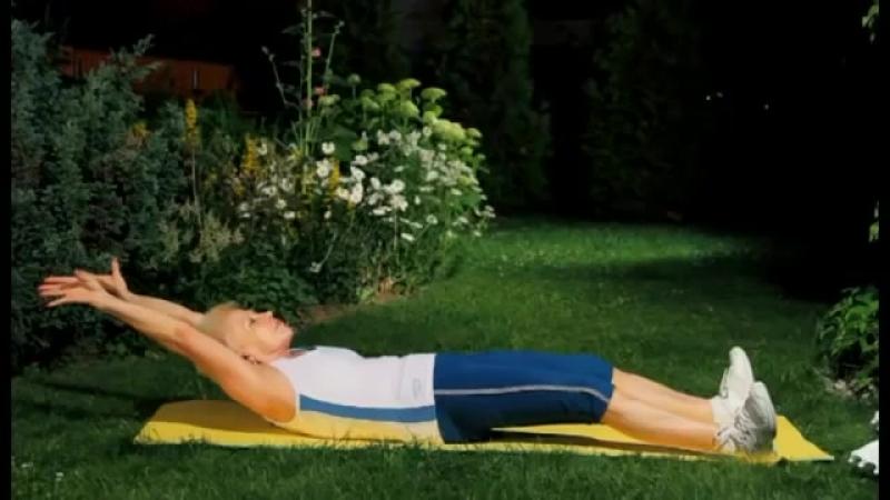 Вытягивание позвоночника перед сном в постели